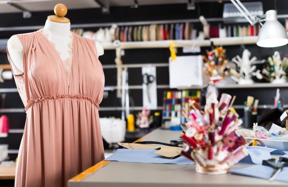 pudrowa sukienka na manekinie gotowa do przeszycia
