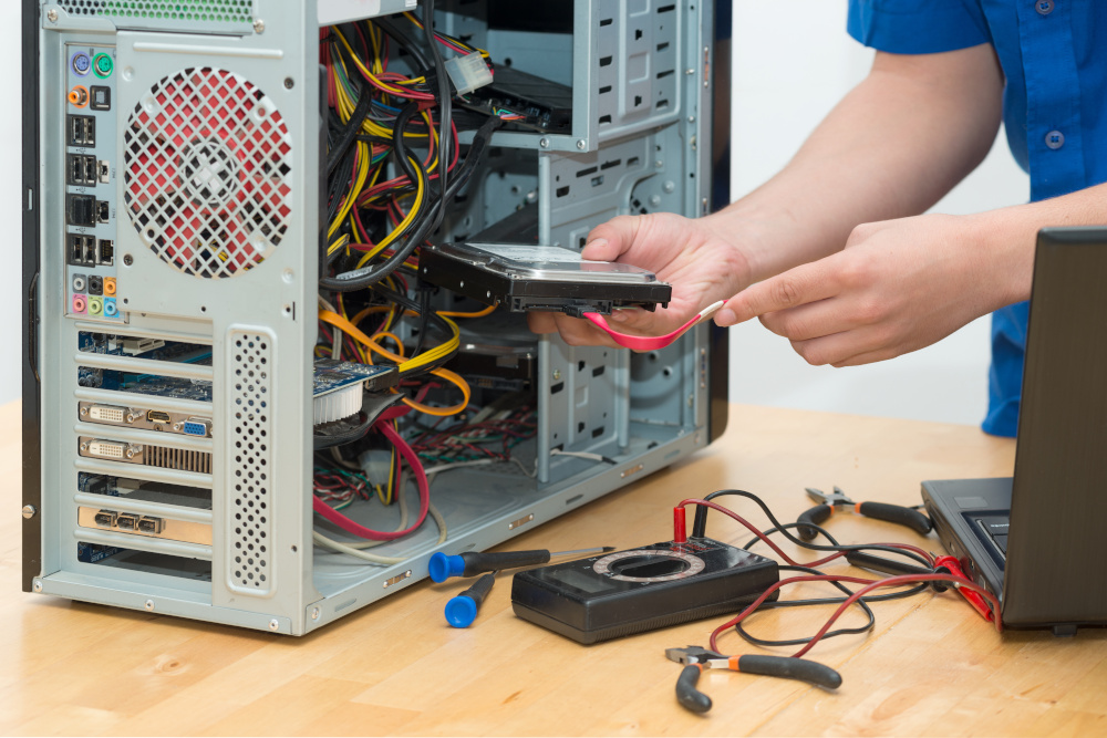 składanie jednostki komputera przez mężczyznę