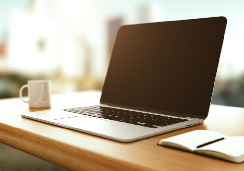 nowoczesny laptop leżący na stole