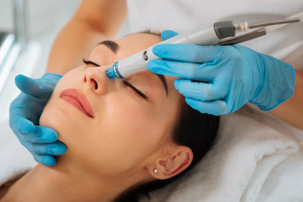 wykonywanie mechanicznego oczyszczania twarzy kobiecie