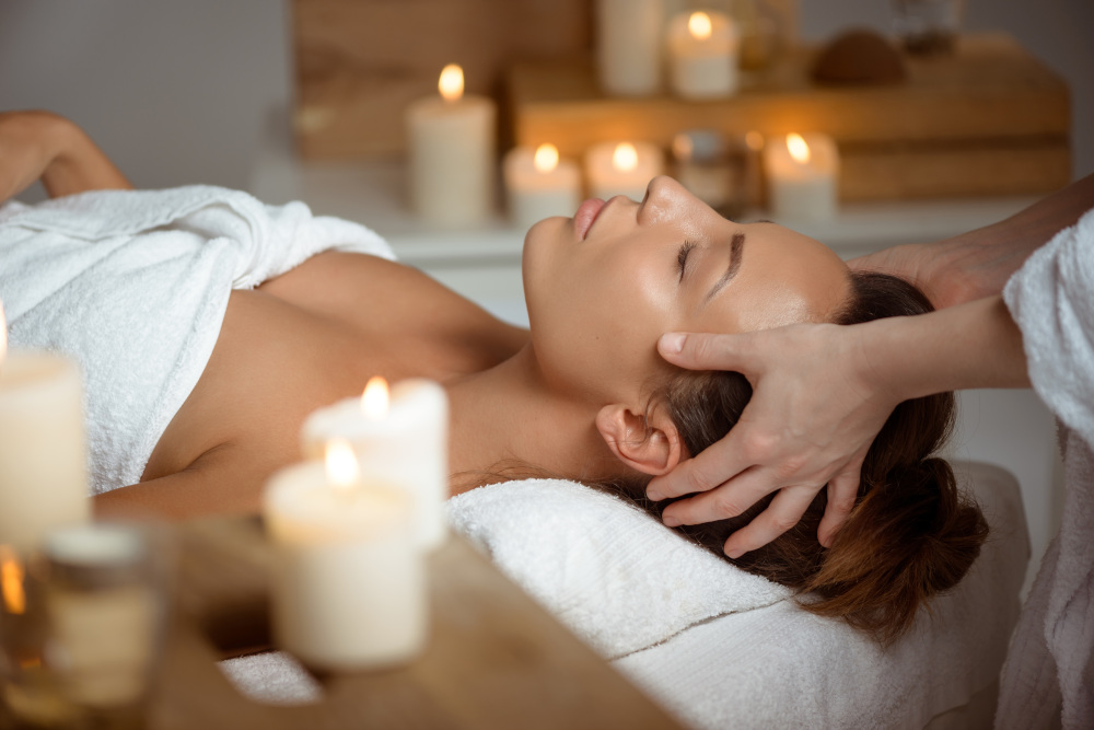 masaż twarzy wykonywany kobiecie